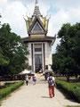 Lagerung - In der Gedenkstupa in Choeung Ek werden 5000 Schädel von Opfern der Roten Khmer aufbewahrt