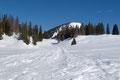 … zur schneebedeckten Almwiese mit der verfallenen Mayralm (1411m) empor, an welcher jede Menge Aufstiegsspuren sichtbar wurden. Von hier konnte man sich aber auch einen guten Überblick über den weiteren Aufstiegsweg machen.