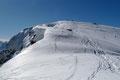 Der Anblick der sich an der windgepressten Schneeoberfläche spiegelnden Sonnenstrahlen verleitete uns zu einem kurzen Verharren, …