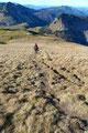 So, nun aber war es an der Zeit aufzubrechen. Vom Gipfel ging es schnurstracks und gerade hinab auf das erste Plateau.