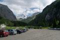Vom riesigen Wanderparkplatz aus, begeisterte gleich einmal der imposante Anblick des höchsten österreichischen Gipfels, dem Großglockner (3798m). Der Normalanstieg auf dieses Dach startet ebenfalls ab hier, jedoch für mich nicht heute.