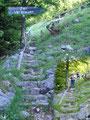 """Der Steig führte uns an unzähligen aber sehr lustigen """"Zwergentafeln"""" vorbei (siehe Beschreibung Vormauerstein). Immer wieder Mal die Forststraße querend, über Stufen hinauf, …"""