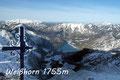 Nach rechts, dann in steilen engen Kehren stiegen Maria, Joachim, Wolfgang, Roni & ich zum unscheinbaren Gipfel  höher, dessen Wahrzeichen sich erst kurz vor dem Erreichen zu erkennen gab.
