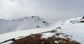 Nachdem ich als erster die etwa 100 Höhenmeter in Serpentinen überwunden hatte, eröffnete sich erstmals der Blick auf den Gipfelhang des Schafsiedels mit der links benachbarten Aleitenspitze (2449m).