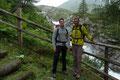 Ein kleines Aussichtsplatzl neben dem herabstürzenden tosenden Schlatenbach  bot sich für Tobias und Karl bestens für ein Erinnerungsfoto an.