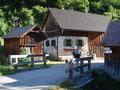Weiter über eine kleine Brücke und schon begann zwischen der kleinen Hütte und dem Häuschen …