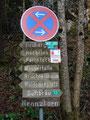 Nach wenigen Schritten der Asphaltstraße entlang, folgten wir dem ersten Wegweiser links Richtung Wasserfälle und Heuberg.