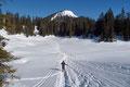 Anschließend setzten wir unsere vom Bergvirus getriebene Schneeschuhtour fast eben über die winterliche Almfläche in nördliche Richtung fort und steuerten geradlinig auf das erste Gipfelziel zu.