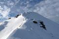 Der letzte Anstieg entlang des Grates sollte man keinesfalls unterschätzen, denn bei ungünstigen Schneeverhältnissen kann er happig und zweifelsohne lawinengefährlich sein.