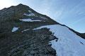 … vom weitem sichtbaren Absatz oberhalb der Wielingerscharte (3300m). Ich befand mich jetzt bereits auf dem von Südwesten herabziehenden  breiten Rückens des Wiesbachhorns.