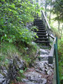 Den Holztreppen in vielen Stufen bergwärts folgend ...