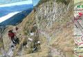 Von der Scharte lenkten die Steigspuren abermals steil den Schrofenhang hinunter und …
