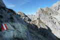 … somit folgten wir den markierten Steigspuren entlang des felsigen SO-Grates. Bereits zu Beginn des Klettersteiges half eine Drahtseilversicherung (A) bei einem leichten nordseitigen Quergang.