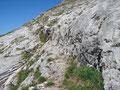 Über eine seilversicherte Felsrinne …