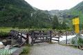 Bei der darauffolgenden Weggabelung an der Brücke ergaben sich für uns erneut zwei Varianten. Entweder die direkte Route entlang des ÖAV-Weges Nr. 902 zur Alten Prager Hütte oder …