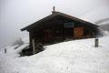 … erreichten nach einer weiteren Kehre die auf  1323m hoch gelegene Gschwendteralm. Mit jedem gewonnenen Höhenmeter schloss sich auch die Schneedecke zu einem einheitlichen Weiß.