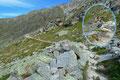 Wo sich sonst Unmengen von Wanderern tummelten, war zu dieser Morgenstunde nur Stille. Nur von den Bewohnern der Alpen wurde ich aufs Genaueste gemustert. Auf leisen Sohlen folgte ich dem Steig Nr. 5 aufwärts.