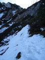 Auf den letzten Metern zum Latschenboden wurden die harten und rutschigen Schneefelder doch mehr.  Aus Vorsicht legte ich jetzt Sabine die Steigeisen an. Ihr war nicht ganz wohl bei dem rutschigen Untergrund.