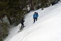Eine bereits  angelegte slalomartige Schispur leitete nun weiter durch dichten Baumbestand zu einem kurzen Aufschwung, …