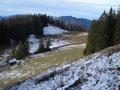 … von dort den steilen Grashang bergab zur Jagdhütte.