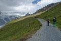 … anschließend parallel, oberhalb entlang der stark zurückgewichenen Pasterzenzunge mit besonders reizvollen Blick auf den Hufeisenabbruch des Oberen Pasterzenbodens und dem darüber liegenden Johannisberg.