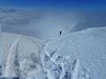 Die Spuren führten uns bergauf, bergab und anschließend wiederum in eine Mulde. Ehrgeiz, die ganze Motivation nochmal auf einen Punkt gebracht stiegen wir die allerletzten Kehren zum Gipfel empor.