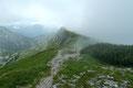Der Bergfex zog jetzt seine eigenen Wege weiter und Gabi & ich hatten  nach einer ausgedehnten Gipfelrast eigentlich auch noch lange nicht genug. So entschlossen wir uns dem Normalweg Nr. 829 über den leicht abfallenden breiten Rücken …