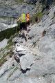Schweißtreibend stiegen wir die steinigen, zum Teil sogar mit Eisenstiften gestützten Kehren trittsicher weiter bergwärts.