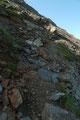 Im Anschluss daran ging es steil über Geröll und erdige Stufen …