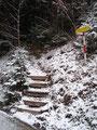 Nun ging es wieder über Stufen weiter in einen Steig …