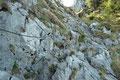… an den letzten schroffen felsigen Gipfelaufschwung mit weiteren Drahtseilsicherungen und Trittbügeln heran.
