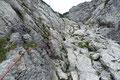"""… wechselte von rechts auf die linke Seite der Felsrinne. Die versicherte, nicht wirklich ausgesetzte """"Schlüsselstelle"""" gestaltete sich zwar als angenehme Abwechslung, jedoch stellt sie an einen erfahrenen Berggeher absolut keine Herausforderung."""