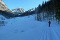 … folgten daraufhin der winterlichen Forststraße nach links in einem leichten berauf und bergab in den Karbachgraben hinein.