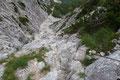 """Nur kurz erfreute ich mich an der eingeschränkten """"Fernsicht"""" und wandte mich schnurstracks der nach unten führenden Felsrinne zu."""