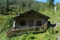 … urigen Jagdhütte der 1307m hoch gelegenen Laufenbergalm empor. Rechts an der Almhütte vorbei …