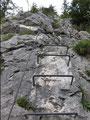 Gleich zu Beginn waren einige steile und ausgesetzte Felspassagen der Kategorie B zu überwinden. Trittklammern und durchgehendes Stahlseil halfen einem dabei enorm.
