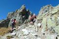 Mit leichtem Stauaufkommen drehte sich die Steigführung nochmals nach rechts durch eine kleine Felsverengung und …