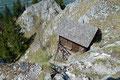 … führte mein Wegverlauf zuerst über Trittbügeln hinab zur urig in den Fels gesetzten Schoberhütte, an ihr vorbei, …