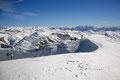 Trotz des perfekten Postkartenwetters fegte eine eisige Briese über den Gipfel, sodass wir gezwungen waren unsere verdiente Jausenpause in die Mulde zwischen West- und Ostgipfel zu verlegen.