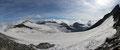 Bei einer kurzen Rast in der Scharte zwischen den zweigipfeligen Romariswandköpfen und dem Schneewinkelkogel ließ man nur das gewaltige Panorama auf sich einwirken. Von li. nach re, Johannisberg, Gr. Bärenkopf, Hohe Dock und Fuschlkarkopf.