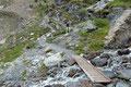 Nach dieser kleinen Holzbrücke ging es in vielen kleinen Serpentinen hinauf …