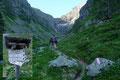 Bei der vorabendlichen Hüttengaudi lernten wir uns schließlich alle näher kennen. Und heute Morgen zogen Martina, Michi & ich gleich gemeinsam los, um den an der Grenze zwischen Salzburger Lungau und Steiermark liegenden Berg näherzurücken.