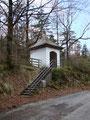 Vorbei an der Kapelle, ein kurzes Stück zurück zur Brücke über den Höllbach ...