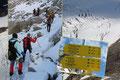 Punkt 7.00 Uhr begann unser Gipfelsturm. Vom Stützpunkt folgten wir den Steigspuren unterhalb der Rippe des Niederen Zauns westwärts über kupiertes Gletscherschliffgelände.
