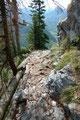 In einem ewigen Zickzack führte mich der steil abfallende und steinige Steig über …
