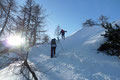 Doch bis zum Erreichen des ersten Etappenziels trennte uns noch ein hartes Stück Arbeit mit dem Spuren im Pulverschnee. Bergauf, bergab und …