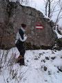 Der Steig führte hier rechts durch die riesigen Felsblöcke am Hungerturm vorbei. Sabine zückte in diesem Moment gleich wieder ihre Kamera um ein Bildchen zu knipsen.