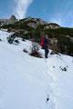 Die Tritte im Schnee wurden schnell tiefer. Doch für unser mitgeschlepptes Winterutensil bei weitem zu wenig. So blieben sie am Rücken und wir konnten das Schneeschuhtragen weiter üben.