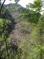 ... Beim Entlangwandern sahen wir immer wieder die Zerstörungen der Lawinenabgänge vom Eibenberg des vergangenen Winters.