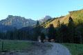 Einstweilen wir uns noch mit dem kühlen Schatten begnügen musste, durften sich die vor uns liegenden Bergspitzen (rechts Ennstalerspitz und links davon der Natternriegel) bereits an den ersten Sonnenstrahlen erfreuen.